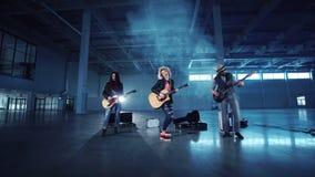 执行的摇滚乐队,当拍摄音乐录象时 影视素材