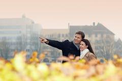 执行秋天行程的城市夫妇 免版税库存图片