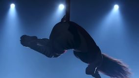 执行空中锻炼的优美的体操运动员与在蓝色轻的背景的红色丝绸 t r 335 股票录像