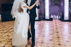 执行第一个舞蹈的新娘和新郎在招待会在restauran 免版税图库摄影