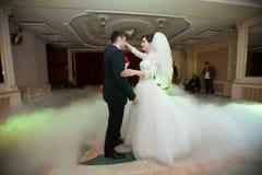 执行第一舞蹈机智的愉快的典雅的华美的已婚夫妇 库存图片