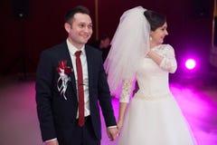 执行第一舞蹈机智的愉快的典雅的华美的已婚夫妇 免版税库存照片