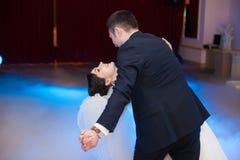 执行第一舞蹈机智的愉快的典雅的华美的已婚夫妇 库存照片