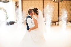 执行第一舞蹈机智的愉快的典雅的华美的已婚夫妇 免版税库存图片