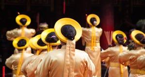 执行精神活动的亚裔平民艺术家表示对佛教徒的尊重 库存照片