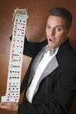 执行纸牌戏法的魔术师 免版税图库摄影