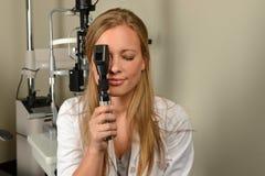 执行考试的眼科医生 图库摄影