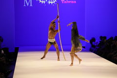 执行者在跑道跳舞在马兰・布莱顿时装表演 库存图片