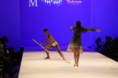 执行者在跑道跳舞在马兰・布莱顿时装表演 免版税库存照片