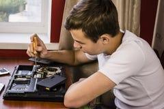 执行膝上型计算机主板计划维修服务维修服务专家 库存照片