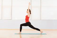 执行舒展妇女的执行健身 免版税库存照片