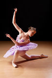 执行芭蕾的十几岁的女孩在演播室 库存照片