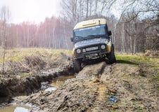 执行莫斯科地区俄国符号认为什么您 04 21 2017年 越野车SUV在森林里驾驶在Bronnitsy附近,莫斯科reg镇  免版税图库摄影