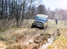 执行莫斯科地区俄国符号认为什么您 04 21 2017年 越野车SUV在森林里驾驶在Bronnitsy附近,莫斯科reg镇  库存照片