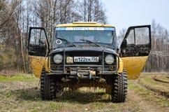 执行莫斯科地区俄国符号认为什么您 04 21 2017年 越野车SUV在森林里驾驶在Bronnitsy附近,莫斯科reg镇  免版税库存照片