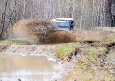执行莫斯科地区俄国符号认为什么您 04 21 2017年 越野车SUV在森林里驾驶在Bronnitsy附近,莫斯科reg镇  免版税库存图片