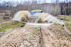 执行莫斯科地区俄国符号认为什么您 04 21 2017年 越野车SUV在森林里驾驶在Bronnitsy附近,莫斯科reg镇  库存图片