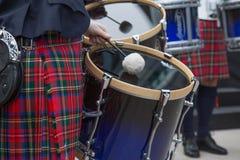 执行街道苏格兰男用短裙的爱尔兰鼓手 库存照片