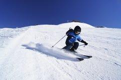 执行被雕刻的滑雪轮的年轻男孩 免版税库存图片