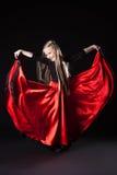 执行西班牙舞蹈的愉快的小女孩 库存图片