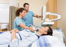执行超声波做法的护士 图库摄影