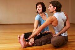 执行运作瑜伽的夫妇 免版税图库摄影