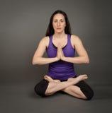 执行适合的女子瑜伽 库存照片