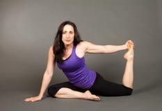 执行适合的女子瑜伽 免版税库存图片