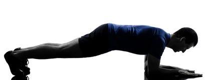 执行锻炼俯卧撑的人 免版税库存图片