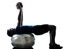 执行锻炼健身球姿势的人 免版税图库摄影