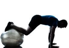 执行锻炼健身球姿势的人 图库摄影