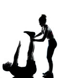 执行锻炼健身的一名夫妇人妇女 免版税库存图片