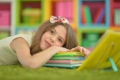 执行青少年女孩的家庭作业 免版税图库摄影