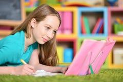 执行青少年女孩的家庭作业 库存照片
