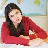 执行青少年女孩的家庭作业 免版税库存图片