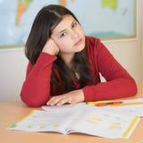 执行青少年女孩的家庭作业 免版税库存照片