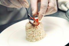 执行食物称呼的主厨 免版税库存图片