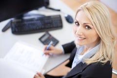 执行财务的美丽的女实业家 免版税库存图片