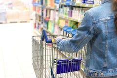 执行购物超级市场妇女 免版税库存图片