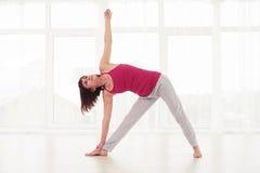 执行从瑜伽或pilates trai的白种人女性一个元素 图库摄影