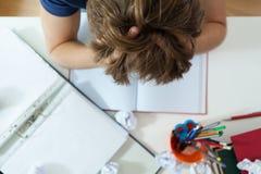 执行他的家庭作业学员 免版税库存图片