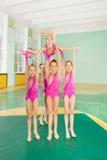 执行他们的惯例的小组节奏性体操运动员 免版税库存图片