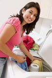 执行洗衣店妇女 库存图片