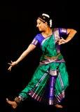 执行Bharatanatyam舞蹈的印地安夫人 免版税库存图片