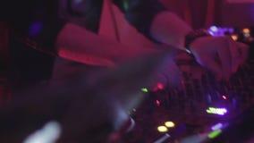 执行DJ集合的年轻人,跳舞对音乐,混合的纪录 影视素材
