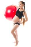 执行fitball孕妇瑜伽年轻人 库存图片