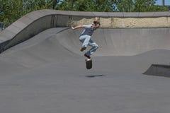 执行kickflip的溜冰板者 库存图片