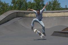 执行kickflip的溜冰板者 图库摄影