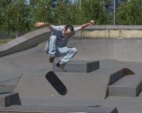 执行kickflip的溜冰板者 免版税库存图片