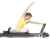 执行pilates的健身女孩 库存照片